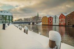 Horaire d'hiver à Trondheim, vieilles magazines par la rivière de Nidelva photographie stock libre de droits
