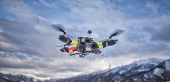 Horaire d'hiver de vol de bourdon dans les montagnes de la Géorgie images libres de droits