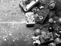Horaire d'hiver et carte de nouvelle année Décor fait de cadeaux photographie stock