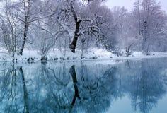Horaire d'hiver et fleuve froid images stock