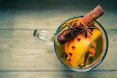 Horaire d'hiver : vin chaud avec des épices Photographie stock libre de droits