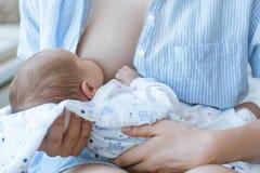 Horario de amamantamiento para un bebé recién nacido Imagenes de archivo