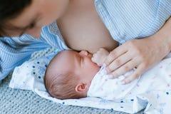Horario de amamantamiento para un bebé recién nacido Fotografía de archivo libre de regalías