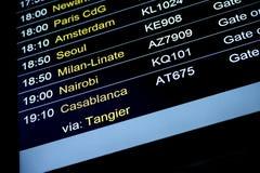 Horario de la información del vuelo de las salidas en aeropuerto internacional Foto de archivo libre de regalías