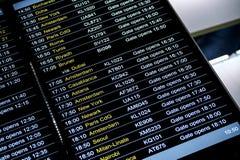Horario de la información del vuelo de las salidas en aeropuerto internacional Foto de archivo