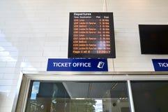 horario de la taquilla y del tren Foto de archivo libre de regalías