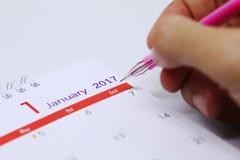 Horario de trabajo de la escritura de la mano en calendario de escritorio Foto de archivo libre de regalías