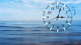 Horario de verano DST Reloj de pared que va invierno Dé vuelta al tiempo delantero fotografía de archivo