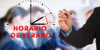 Horario de Verano, spanische Sommerzeit, Geschäftsmann ha Lizenzfreie Stockfotos