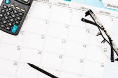 Horario del calendario en la tabla de trabajo Foto de archivo