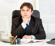 Horario pensativo de las hojas de operación (planning) del hombre de negocios en diario foto de archivo libre de regalías