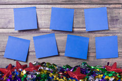 Horario semanal con siete etiquetas engomadas en la pared de madera Foto de archivo libre de regalías
