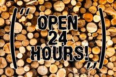 Horas abertas do texto da escrita da palavra 24 Conceito do negócio para trabalhar o funcionamento o dia inteiro diário da loja d fotos de stock royalty free