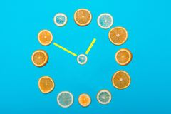 Horas alineadas con las frutas imagenes de archivo