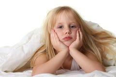 Horas de dormir - criança na cama com cobertor Fotografia de Stock