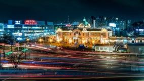 Horas de ponta na frente da estação central de Seoul foto de stock royalty free