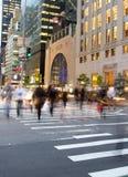 Horas de ponta na Quinta Avenida, NY imagens de stock