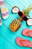 Horas de verão com acessórios e frutos no assoalho de madeira azul Vista superior Imagens de Stock Royalty Free