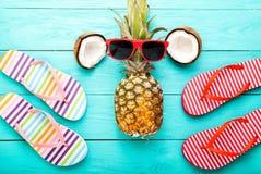 Horas de verão com acessórios e frutos no assoalho de madeira azul Vista superior Fotografia de Stock Royalty Free