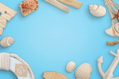 Horas de verão, conceito com escudos do mar, barco do marinheiro, âncora, cinto de salvação no backround azul fotos de stock royalty free