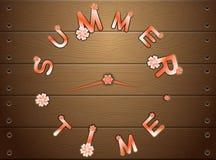 Horas de verão do relógio em placas de madeira Fotografia de Stock Royalty Free