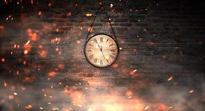 Horas do ` s do ano novo Pulso de disparo de madeira redondo na parede de tijolo velha, efeito do bokeh, luz comemorativo, mágica fotografia de stock royalty free