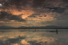 Horas douradas na represa da água de JOMBOR Imagens de Stock Royalty Free