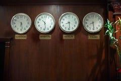 Horas em uma parede Fotografia de Stock