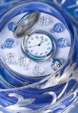 Horas en un fondo azul Fotografía de archivo libre de regalías