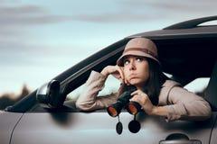Horas femeninas de Spending Boring Long del detective en el trabajo foto de archivo