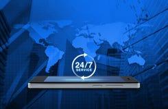 24 horas prestam serviços de manutenção ao ícone na tela esperta moderna do telefone sobre o mapa e Imagens de Stock