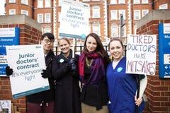 48 horas todas hacia fuera pegan para Junior Doctors, el 26 de abril de 2016 Imagenes de archivo