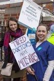 48 horas todas hacia fuera pegan para Junior Doctors, el 26 de abril de 2016 Foto de archivo