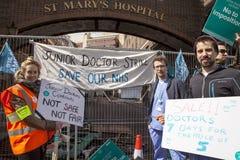 48 horas todas hacia fuera pegan para Junior Doctors, el 26 de abril de 2016 Fotografía de archivo libre de regalías
