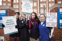 48 horas todas hacia fuera pegan para Junior Doctors, el 26 de abril de 2016 Imagen de archivo