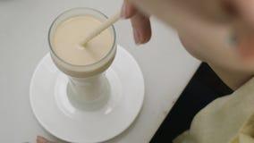 Horchata de consumición de la mujer en café almacen de video