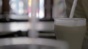 Horchata de consumición de la persona en café almacen de video