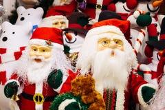 Hord av Santa Claus dockor och isbjörndockor på julbakgrund arkivfoto
