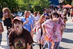 Horde von blutigen Zombies schwankt entlang an Atlanta-Kneipentour Lizenzfreies Stockfoto