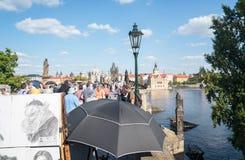 Horden van toeristen die over beroemde Charles Bridge-brug stromen Royalty-vrije Stock Foto's