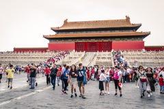 Horder av turister i borggården av Kina Forbidden City royaltyfri fotografi
