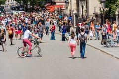 Horder av turister på en gata av Paris, Frankrike Royaltyfri Fotografi