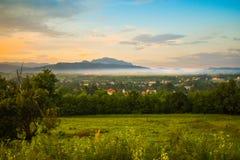 Horezu, Romania, destinazione nascosta di viaggio della gemma con la cittadina sotto Carpathians Foto di riserva disegnata ripres fotografia stock libera da diritti