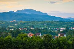 Horezu, Roumanie, destination cachée de voyage de gemme avec la petite ville sous Carpathiens Photo courante dénommée reprise de  image libre de droits