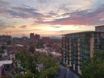 Horisont över Asheville, North Carolina på solnedgången Arkivbild