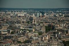 Horisont, Arc de Triomphe och byggnader under blå himmel som ses från Eiffeltorn i Paris Arkivbild