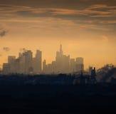 Horisont av affärsbyggnader på soluppgång i Frankfurt, Tyskland Arkivbilder