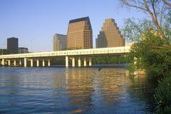 Horisont av Austin, TX, statlig capitol med Coloradofloden i förgrund Royaltyfri Foto