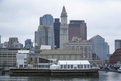 Horisont av Boston - sikt från den Boston hamnen - BOSTON, MASSACHUSETTS - APRIL 3, 2017 Royaltyfria Bilder