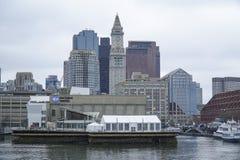 Horisont av Boston - sikt från den Boston hamnen - BOSTON, MASSACHUSETTS - APRIL 3, 2017 Royaltyfri Foto